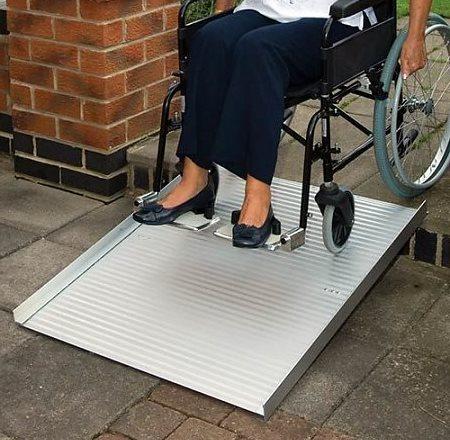 oprolbare-rolstoelhelling-onderweg-te-koop