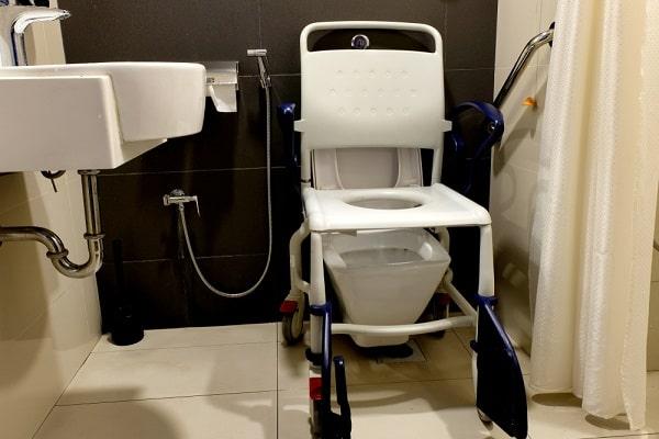 toiletstoel-kopen-verrijdbaar-wielen